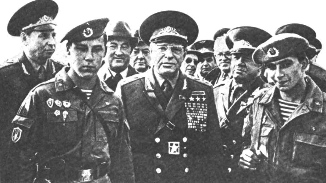 Советский_генералитет_среди_бойцов-десантников_на_учениях_«Запад-81».jpg