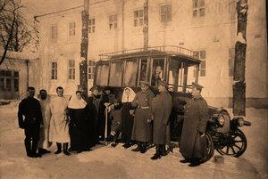 Группа медицинского персонала госпиталя у автомобиля перед отправкой раненых.
