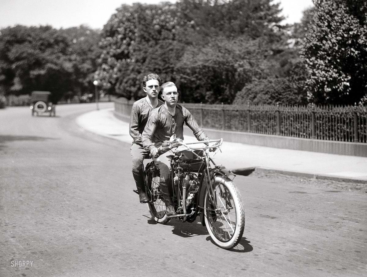 Мотоциклисты едут по одной из улиц Вашингтона (1915 год)