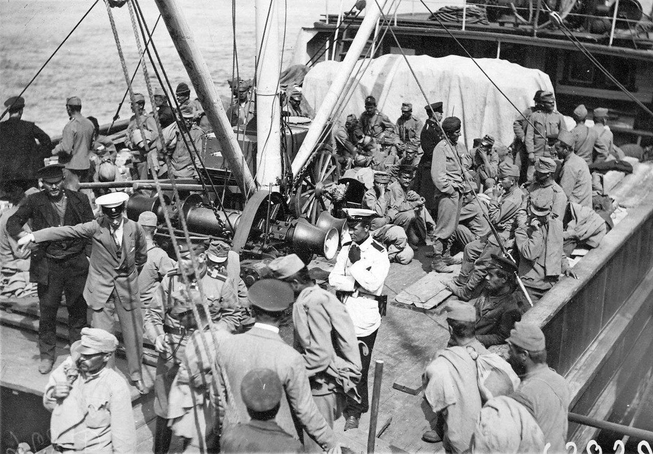 26. Австрийские военнопленные с конвоем на палубе парохода на Неве