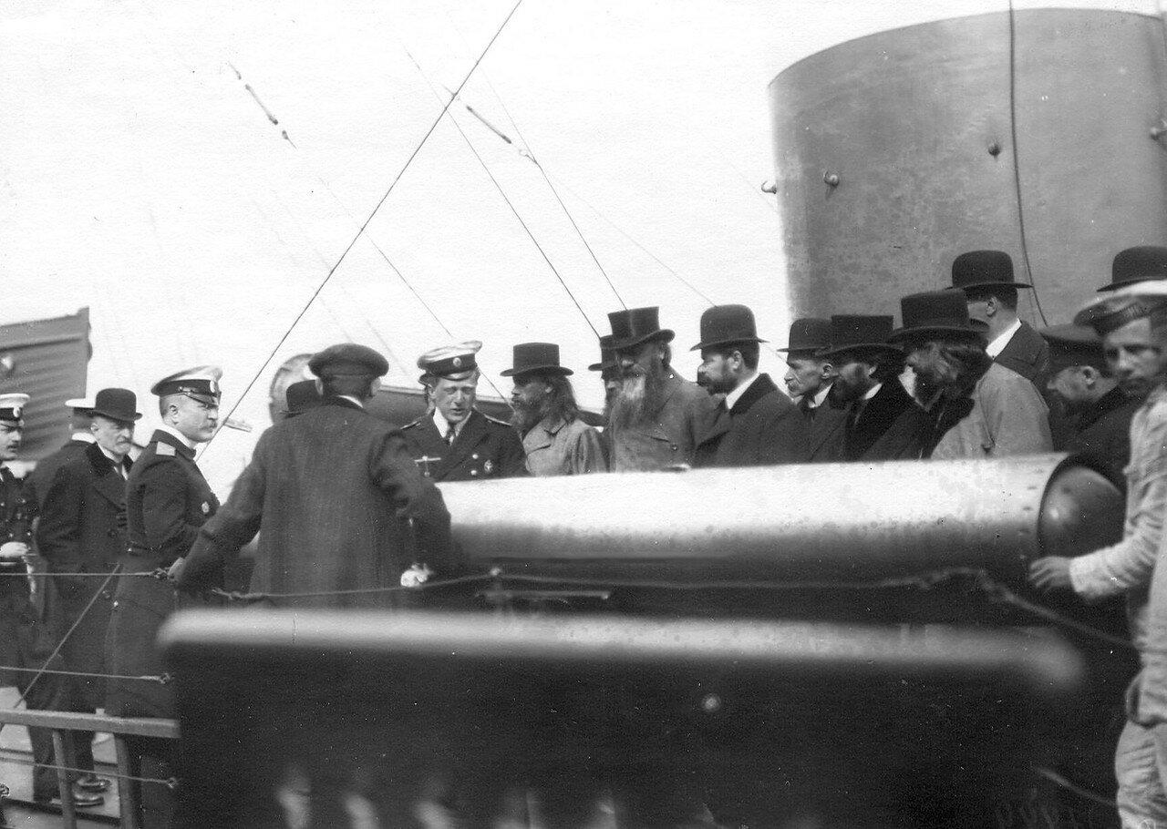 Группа депутатов Четвертой Государственной думы за осмотром артиллерийского орудия на военном корабле. 5 мая 1913