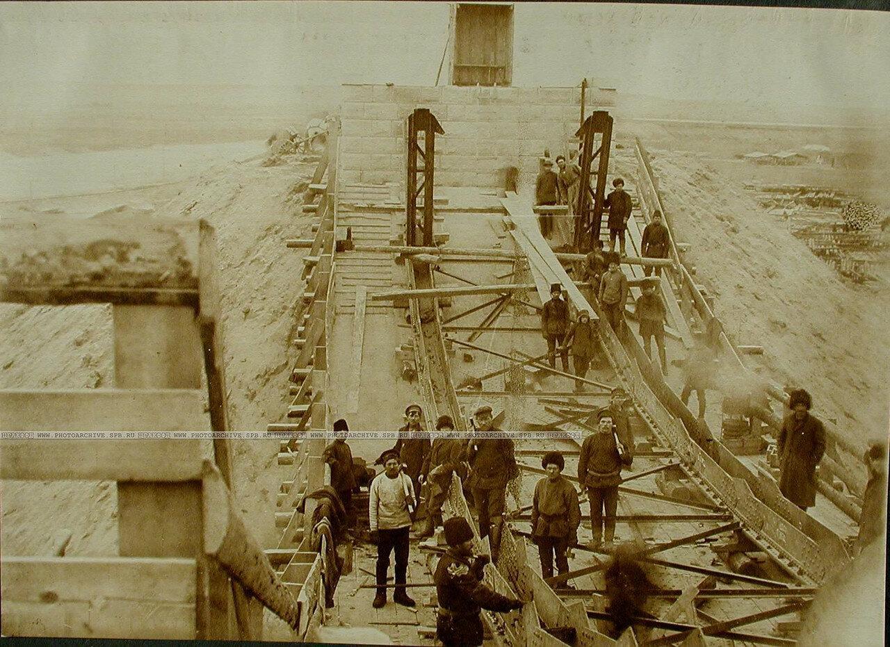 10. Рабочие за сборкой нижних поясов береговой балки моста через р.Зею