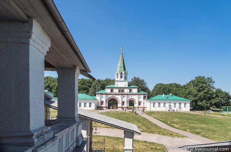 Вид на ансамбль Передних Ворот с паперти Храма Вознесения