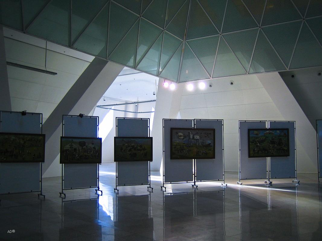 Большой зал пирамиды, где проводятся обширные заседания, выставки и концерты