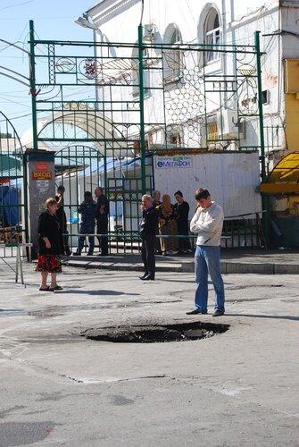 Воронка от взрыва в центре Владикавказа
