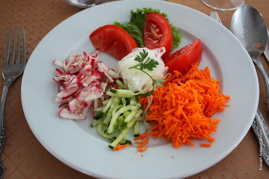 Салат «Прованский» (огурцы, помидоры, морковь, редис), заправка из растительного масла с лимонным соком