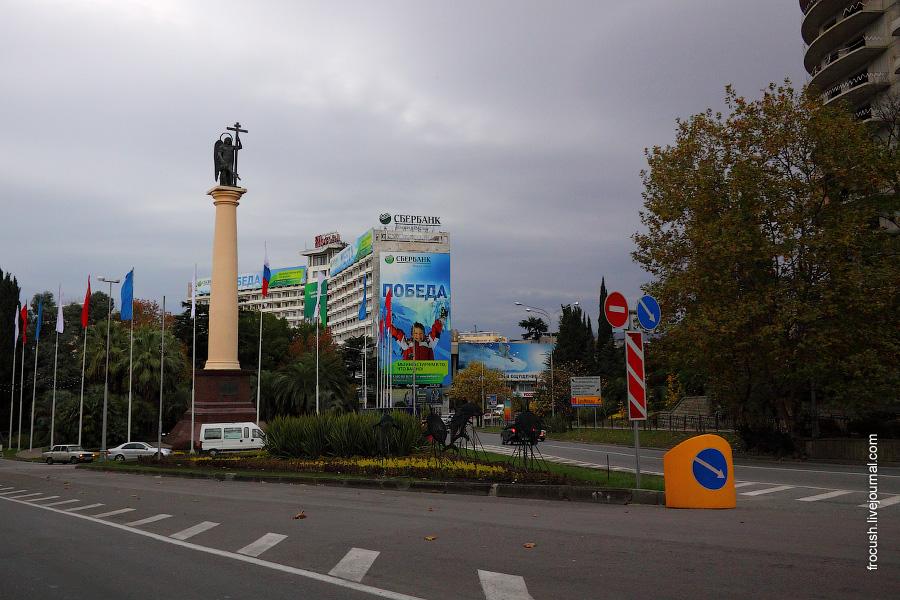 Монументальная колонна со скульптурой Архангела Михаила, главы Небесного воиства, покровителя города Сочи. Гостиница «Москва»