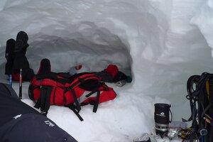 внутри пещеры на седловина Хан-Тенгри