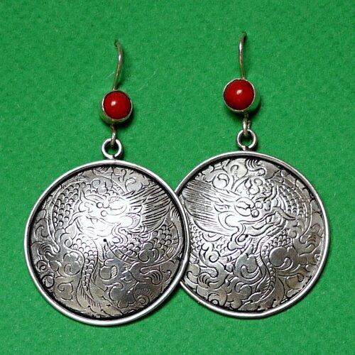 серебряные этнические серьги с кораллом и гравировкой в виде дракона изготовленные вручную тибетскими ювелирами