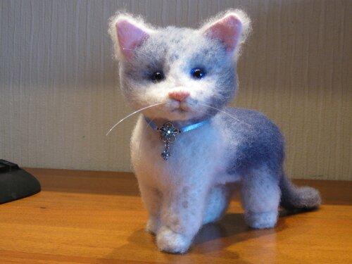 Этот котенок связан из мохера,