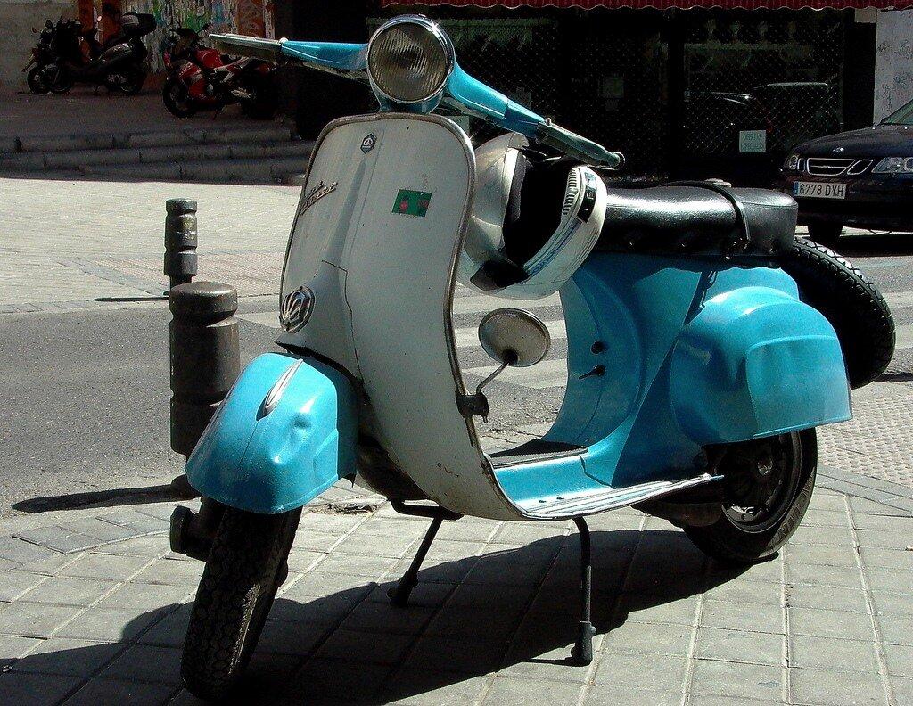 старые мопеды Vespa  на улицах Мадрида