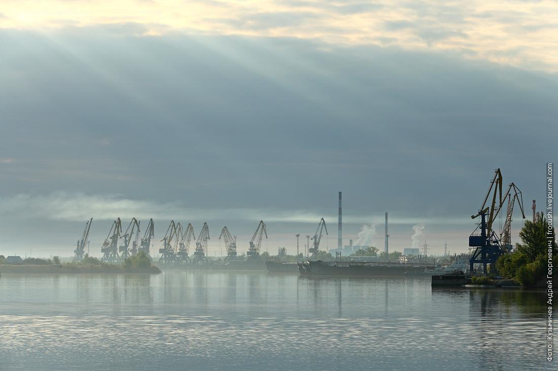 Грузовой порт города Волжского речной круиз Русь Великая