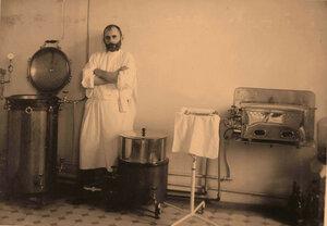 Работник офицерского лазарета в стерилизационной комнате.