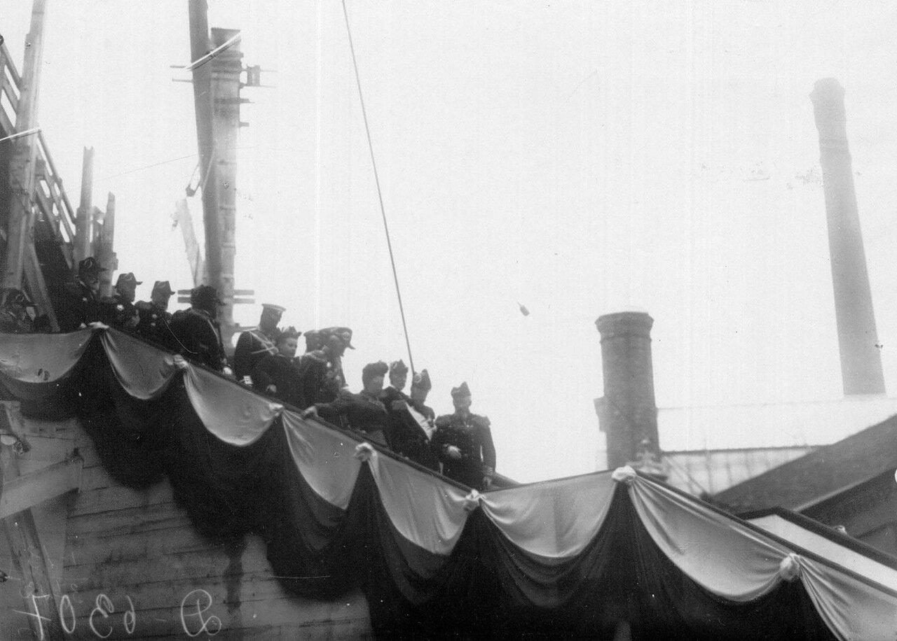11. Император Николай II и сопровождающие его лица направляются на осмотр транспорта. 1909