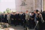 Париж. У Могилы Неизвестного Солдата под Триумфальной аркой. Фотография 2000 года