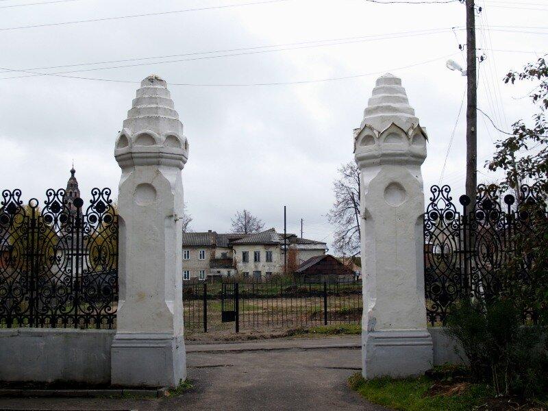 Вид через ворота особняка Локалова