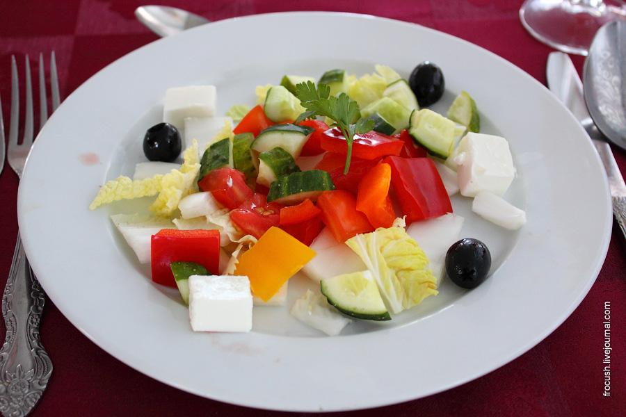 Салат «Греческий» (помидор, перец сладкий, огурец, салат китайский, маслины, брынза), заправка из масла оливкового, лимона