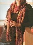 Объемный шарф, завязанный на шее большим узлом,- вот аксессуар.