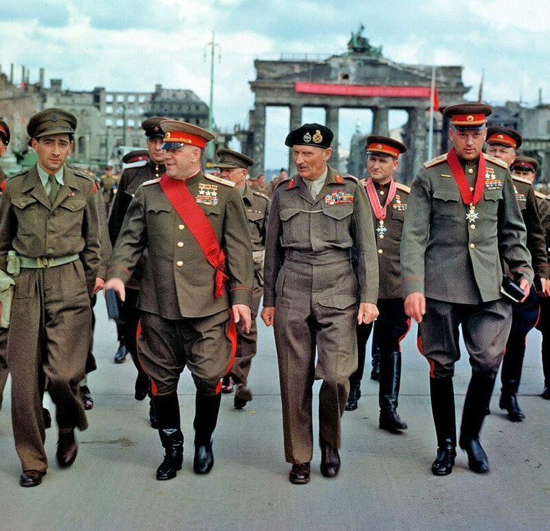 Маршалы Советского Союза Георгий Жуков и Константин Рокоссовский, генерал-фельдмаршал Бернард Лоу Монтгомери. Берлин, июль 1945.