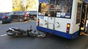 Скутер врезался в Кишиневе в троллейбус