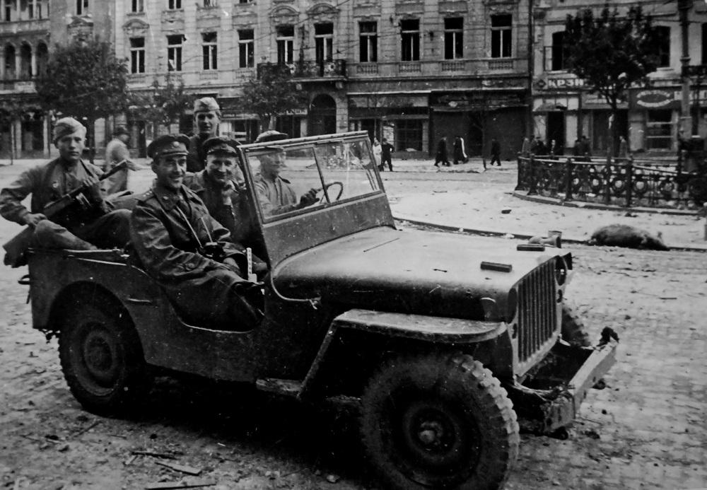 Командующий 17-й воздушной армией генерал-полковник В.А. Судец на улицах Белграда.jpg