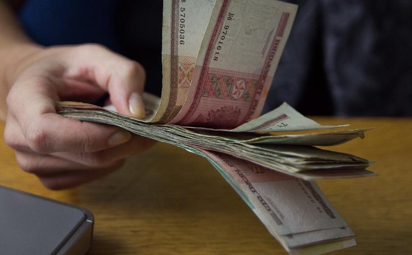 деньги в руках банкноты