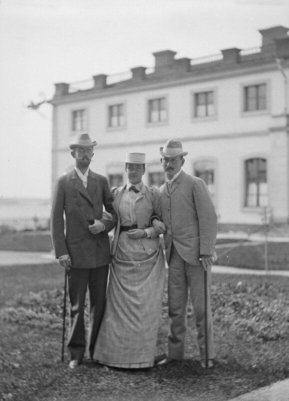 Наследный принц Густав V и крон-принцесса Виктория с двоюродным братом Виктории Максом Баденским, 1895
