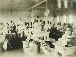 Раненые в палате, оборудованной на палубе баржи-лазарета имени Ее величества государыни императрицы Марии Федоровны