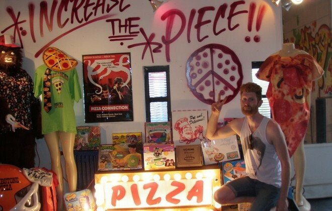 Самая обширная коллекция предметов, связанных с пиццей, состоящая из 561 различного предмета со всего света, принадлежит Брайану Дуаеру (Brian Dwyer). Из чего же она состоит? Игры, головоломки, спичечные коробки, наклейки, комиксы, предметы обихода, одежда и даже аркадная игра черепашек-ниндзя под названием «PIZZA DROP».