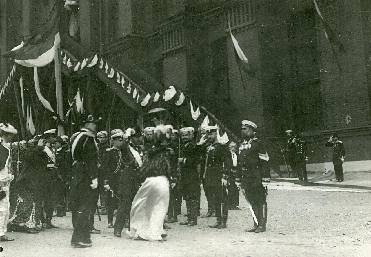 15. Император Николай II, императрица Мария Федоровна и сопровождающие их лица на заводе в день спуска корабля. 1903