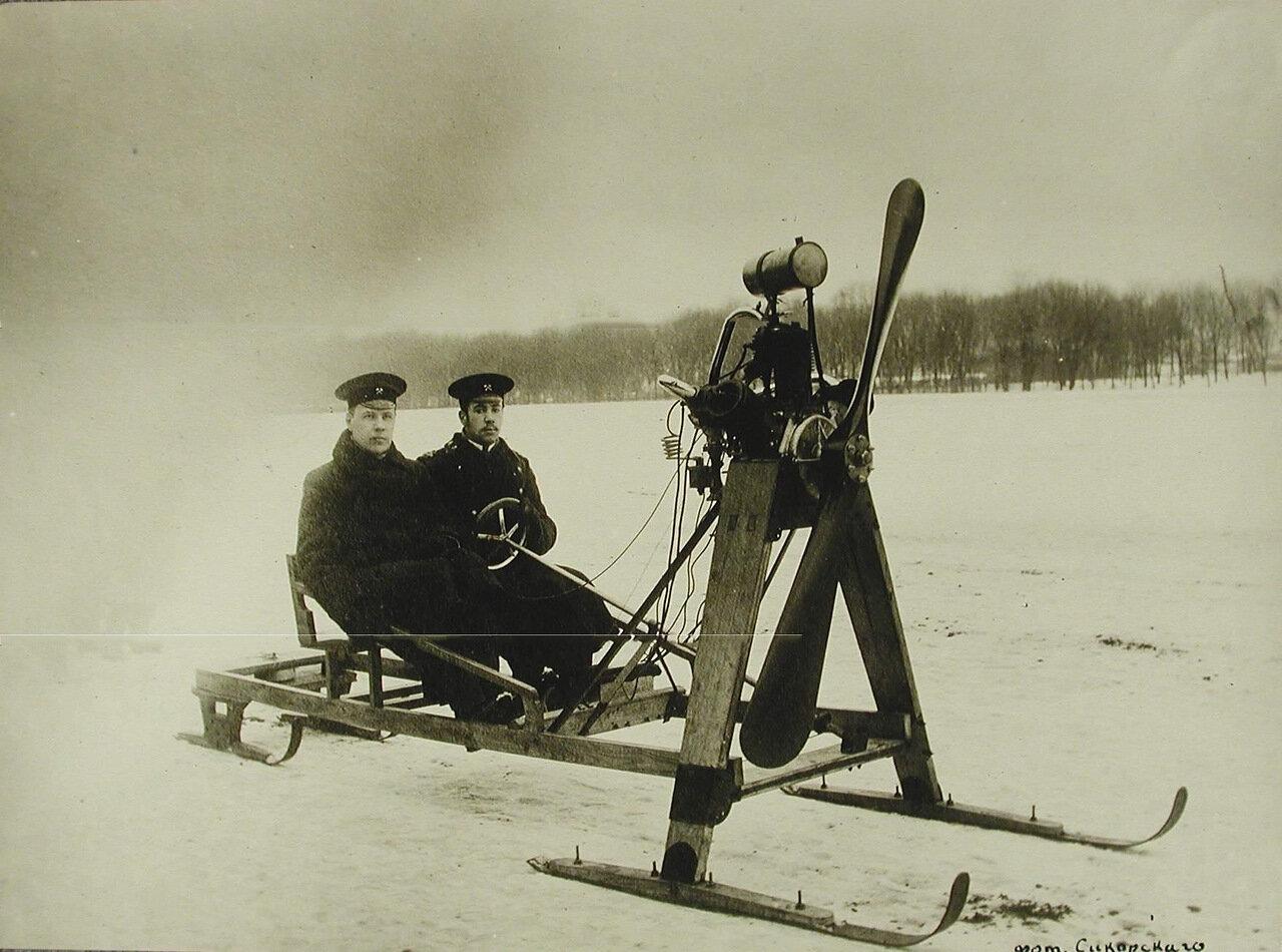 33. Пассажиры в аэросанях для езды по цельному льду конструкции инженера И.И.Сикорского; мотор «Анзани» - 12 лошадиных сил может развивать скорость около 40 верст в час.
