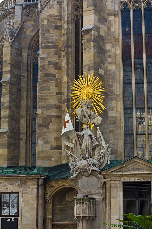 Кафедра Св. Иоанна Капистрана с позолоченным диском, который напоминает солнце