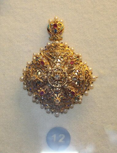 Брошь-медальон