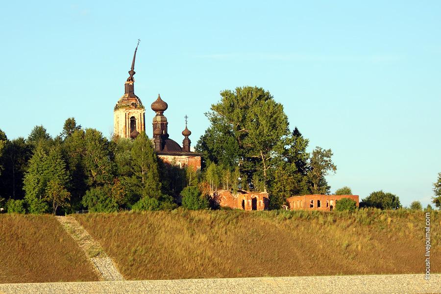 Разрушенная Церковь Преображения в селе Городок Рыбинского района на правом берегу Волги
