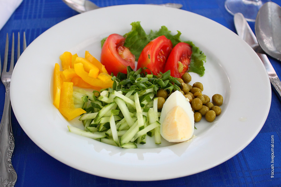 Салат «Радужный» (свежий огурец, болгарский перец, помидоры, зеленый горошек, яйцо, лук, зелень, майонез)
