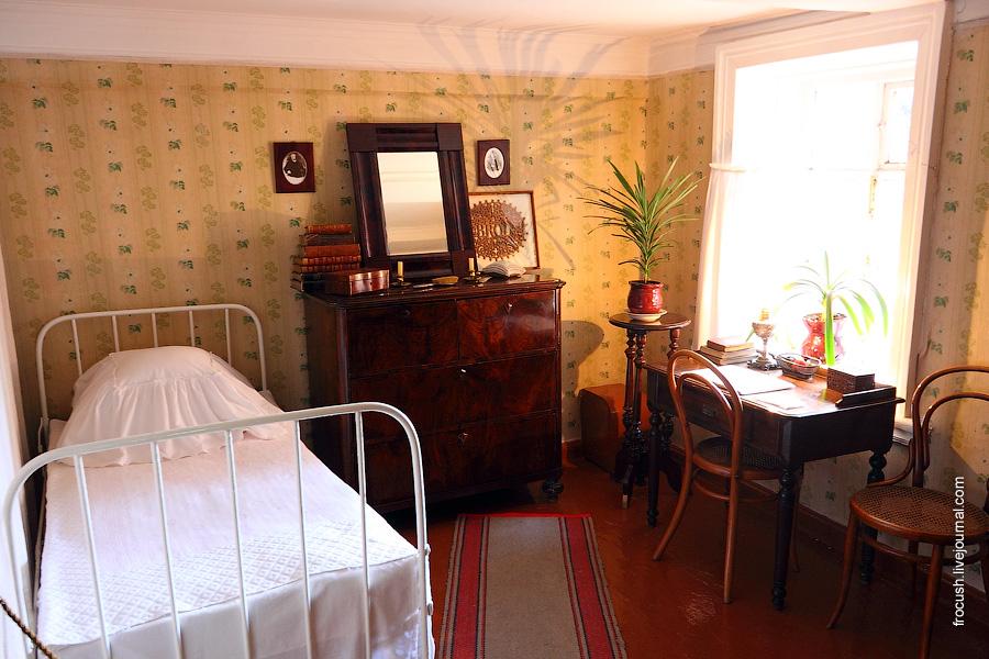 Небольшая комната Марии Александровны.