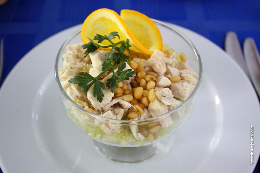 Салат из птицы с кедровыми орешками (филе грудки, сельдерей, салат китайский, ананасы консервированные, орехи кедровые, майонез, апельсин)