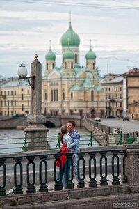 Поцелуй на канале Грибоедова (пара, поцелуй, Свято-Исидоровская церковь, фонарь)