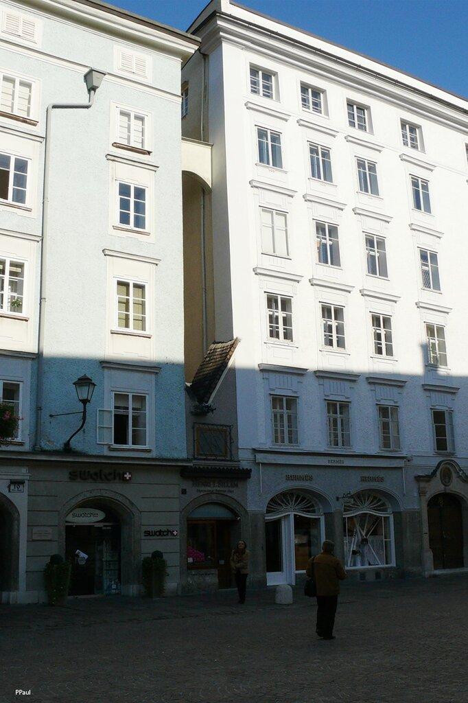 По улицам старого Зальцбурга. Самый маленький дом на Старом рынке, тот самый что между домами))))