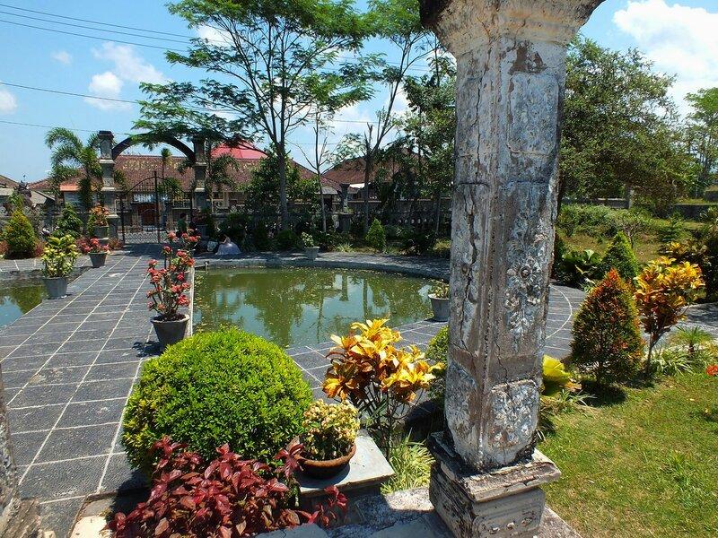 Водный дворец Таман Уджунг (Taman Ujung)