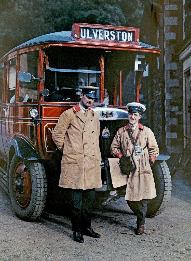 Два водителя стоят перед туристическим автобусом в Улверстоне, Камбрия, 1928