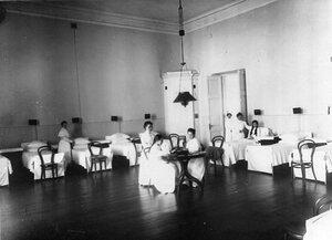 Группа воспитанниц в дортуаре.