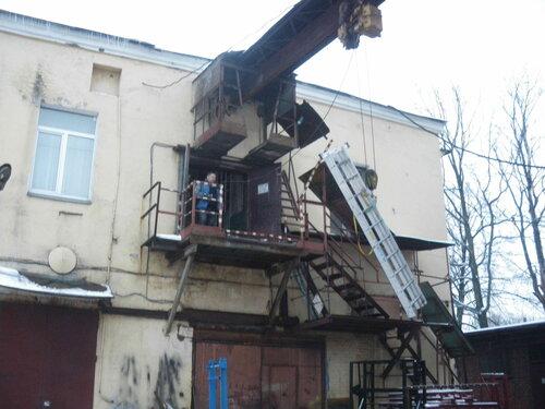 Фото 6. Поднимаем лестницу на второй этаж с помощью кран-балки. Лестница достигла уровня второго этажа.