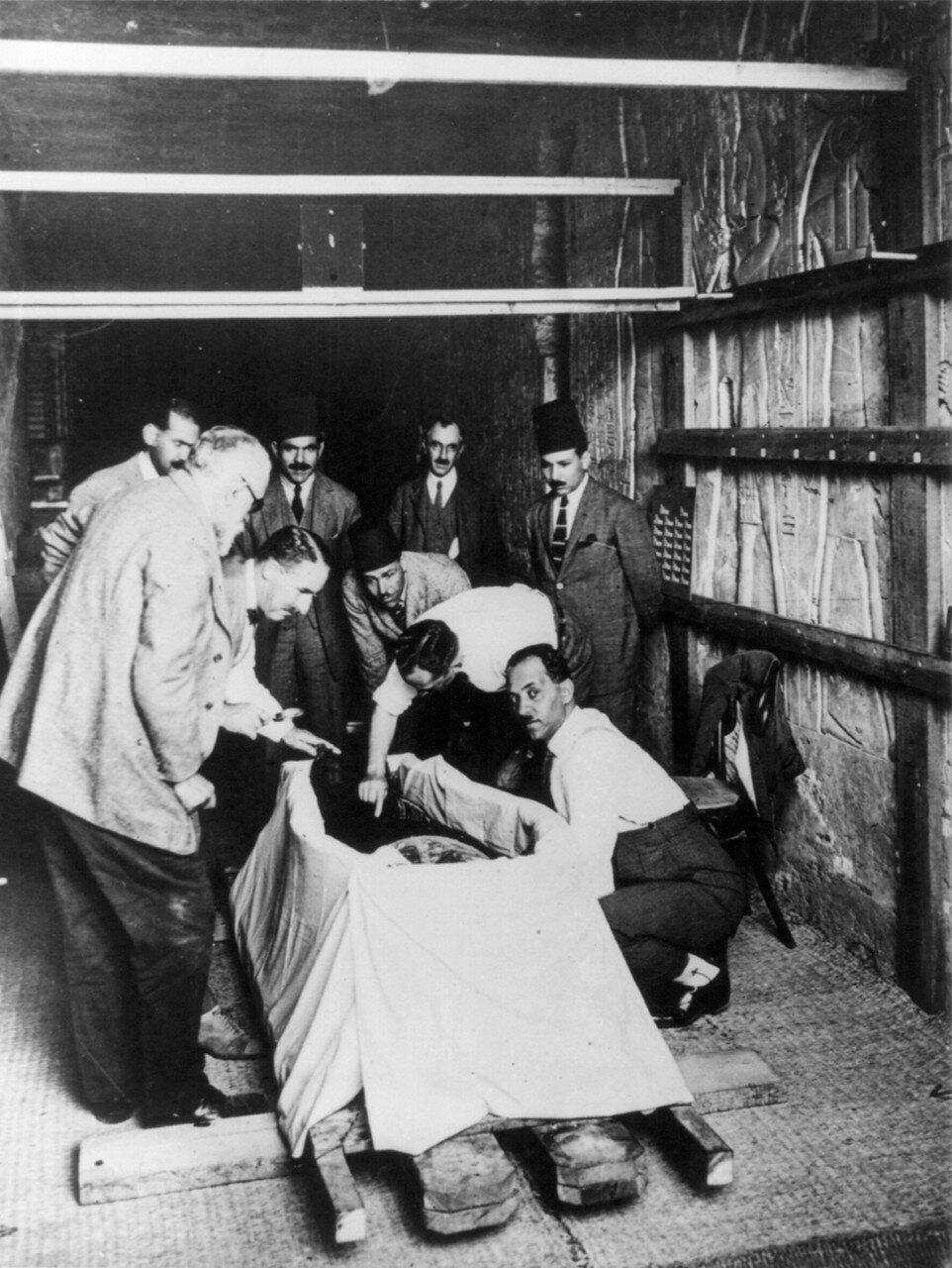 Говард Картер впервые рассматривает мумию фараона