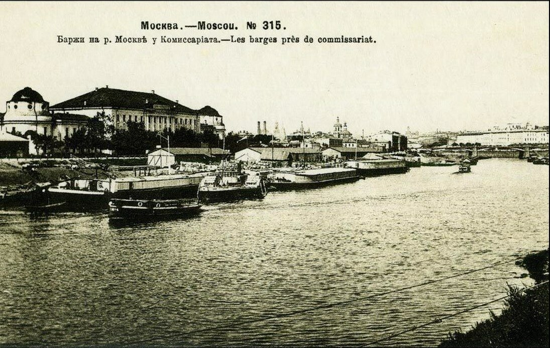 Баржи на Москве-реке возле Комиссариата