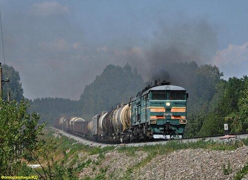 Тепловоз 2ТЭ10М-2558 с грузовым поездом на перегоне САХАРОЗАВОДСКАЯ - ТАЗЛАРОВО