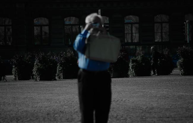 пожилой турист фотографирует архитектуру