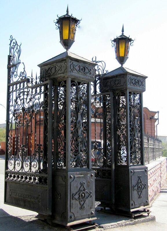 Вход во двор Храма во имя Святого Александра Невского
