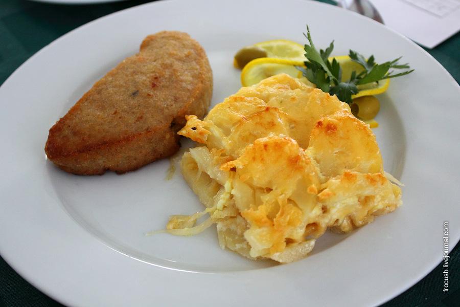 Тельное из рыбного фарша, фаршированное рубленными яйцами, грибами и луком, овощи свежие. Картофель по-французски.