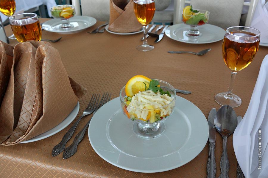 Салат «Мексиканский» (огурец, помидор, апельсин, яблоко, салат китайский, перец болгарский, майонез, зелень)